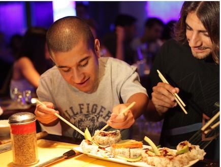 ג'קי מנחם ואלעד צפני מכינים סושי (צילום: איתי לוי)