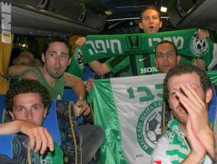 אוהדי מכבי חיפה המחויכים באוטובוס (דולב נישליס) (צילום: מערכת ONE)
