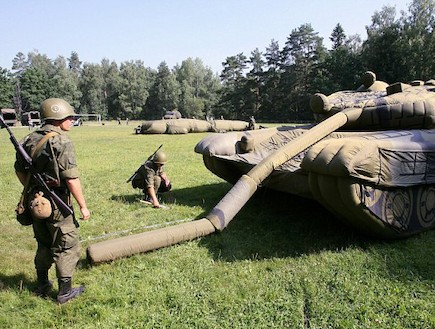 טנק מתנפח2 - צבא רוסיה (צילום: דיילי מייל)