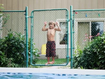 ילד נתלה על גדר (צילום: istockphoto)