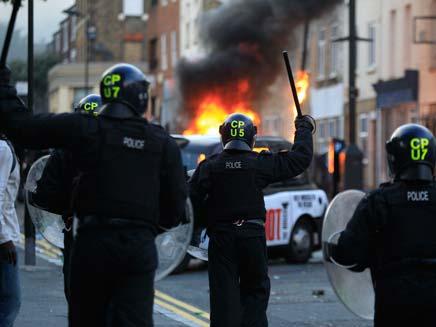 צפו בחמושים המגינים על לונדון (צילום: AP)