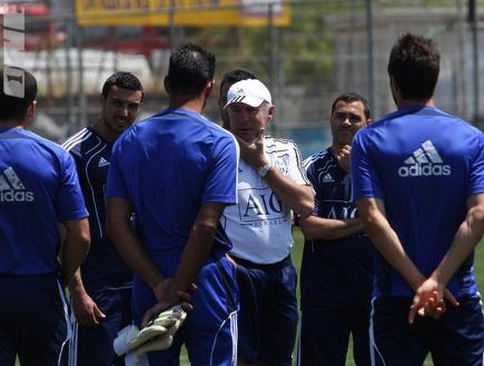 פרננדז משוחח עם השחקנים (עמית מצפה) (צילום: מערכת ONE)