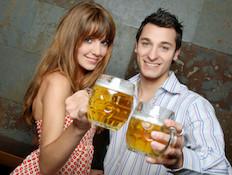 גבר ואישה שותים בירה