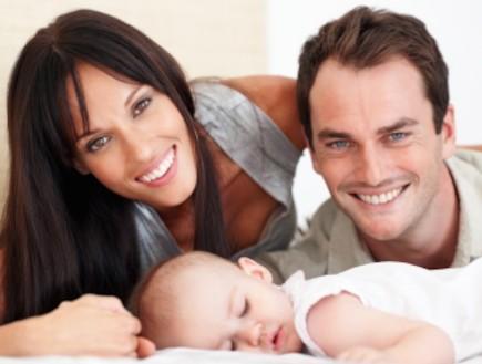 גבר ואישה עם תינוק (צילום: Abel Mitja Varela, Istock)