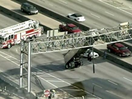 משאית נתקעה בגשר ביוסטון (צילום: חדשות 2)