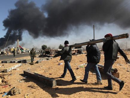 מורדים נושאים נשק במהלך ההפגנות בלוב (צילום: John Moore, GettyImages IL)