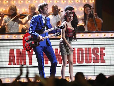 איימי ווינהאוס בהופעה עם מארק רונסון (צילום: Dave Hogan, GettyImages IL)