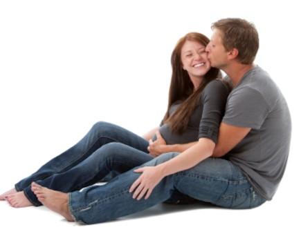 גבר מחבק ומנשק אישה בהריון (צילום: Jani Bryson, Istock)
