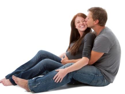 גבר מחבק ומנשקת אישה בהריון (צילום: Jani Bryson, Istock)