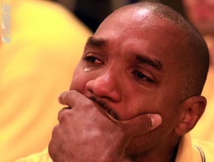 דריק שארפ בוכה (דרור עינב) (צילום: מערכת ONE)
