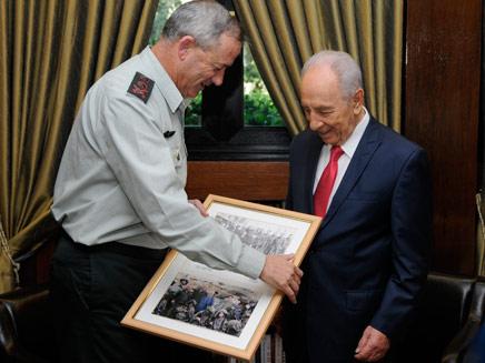 """הנשיא, הרמטכ""""ל והמתנה (צילום: דובר צה""""ל)"""
