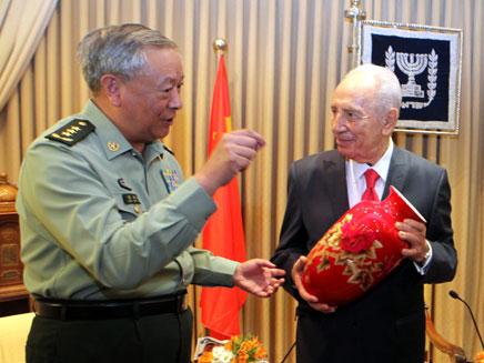 פרס מקבל כד סיני עתיק (צילום: יוסי זמיר/פלאש 90)