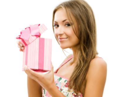 בחורה מחזיקה מתנה (צילום: istockphoto)