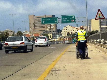 נהג על כיסא הגלגלים (צילום: משטרת ישראל)