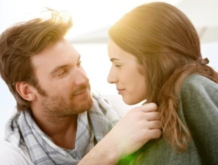 גבר ואישה מסתכלים זה על זו (צילום: istockphoto)