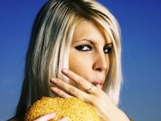 אישה אוכלת המבורגר (צילום: istockphoto)