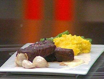 סטייק פילה בחמאה עם רוטב יין וסלרי לצד פולנטה (תמונת AVI: mako)