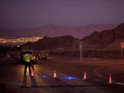 מחסומים בכביש 10 לאחר הפיגוע המשולב (צילום: AP)