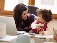 אמא עובדת עם הילד שלה במשרד (צילום: diego cervo, Istock)