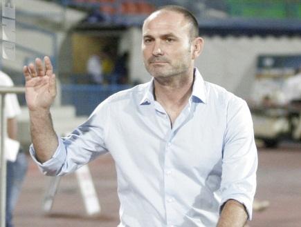 מוטי איווניר מודה לקהל בסיום המשחק (יניב גונן) (צילום: מערכת ONE)