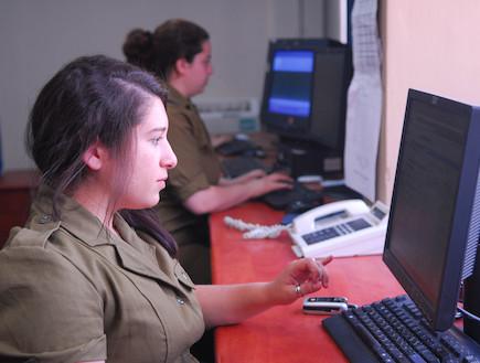 """חיילות מול מחשב דובר צהל אתר צהל (צילום: דובר צה""""ל, אתר צה""""ל)"""