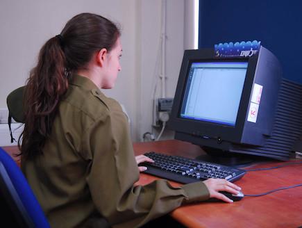 חיילת מול מחשב דובר צהל אתר צהל