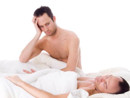 שני בחורים במיטה (צילום: DNF-Style, Istock)