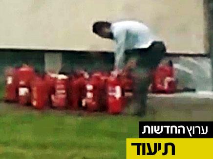החוטף במהלך ההכנות לחטיפת הישראלית (צילום: בילד)