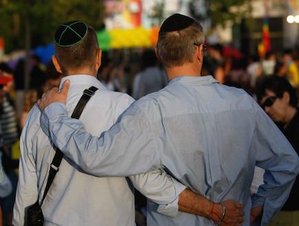 הומואים דתיים מתחבקים