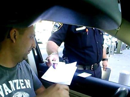 """שוטר מעניק את הדו""""ח לנהג"""