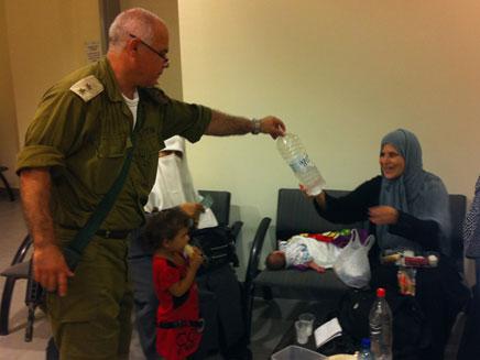 מפקד המחסום עם האישה הפלסטינית שחילץ במעבר ארז (צילום: חדשות 2)