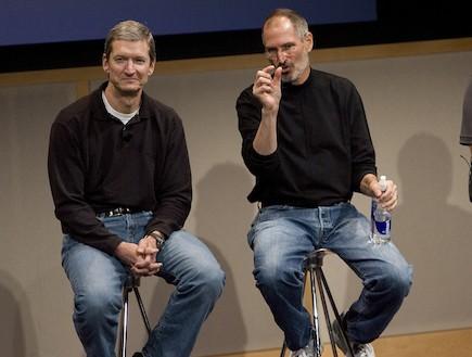 """(משמאל) טים קוק, מנכ""""ל אפל החדש, סטיב ג'ובס  (צילום: David Paul Morris, GettyImages IL)"""
