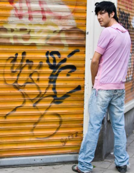 גבר משתין בפינת הרחוב (צילום: double_p, Istock)