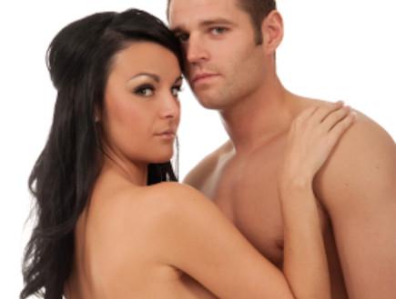 בחור ובחורה מחובקים ללא חולצה (צילום: Lisa Howard, Istock)