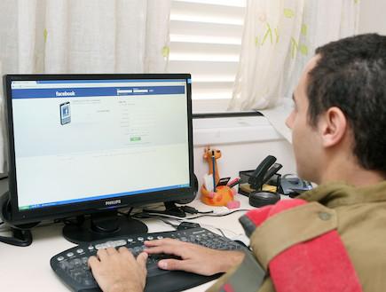 חייל גולש בפייסבוק (צילום: עודד קרני)