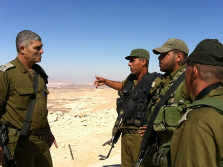 """האלוף רוסו עם הכוחות בגבול הדרום (צילום: דו""""צ)"""