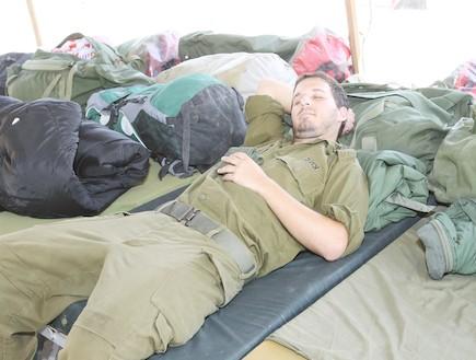 חייל נרדם תשוש - טירונות מבט מבפנים (צילום: עודד קרני)