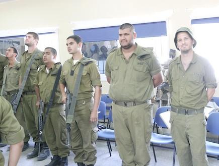 חייל במסדר - טירונות מבט מבפנים (צילום: עודד קרני)