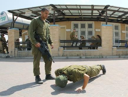 חייל יורד לשכיבות שמיכה - טירונות מבט מבפנים (צילום: עודד קרני)