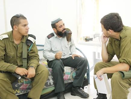 חייל משוחח עם המפקדים - טירונות מבט מבפנים (צילום: עודד קרני)