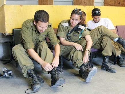 חייל נועל נעליים צבאיות - טירונות מבט מבפנים (צילום: עודד קרני)