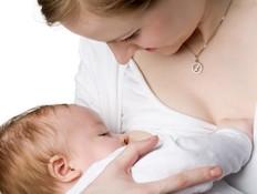 אישה מניקה תינוק מסתכלת עליו (צילום: Oleg Kozlov, Istock)