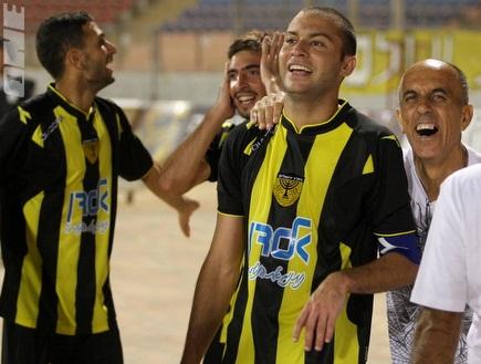 """ברוכיאן חוגג עם חבריו את הניצחון בב""""ש (משה חרמון) (צילום: מערכת ONE)"""