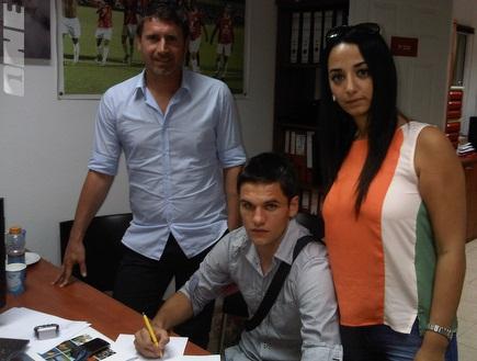 מירקו אורמוס חותם על החוזה באמצעות ויקי ואקנין (צילום: מערכת ONE)