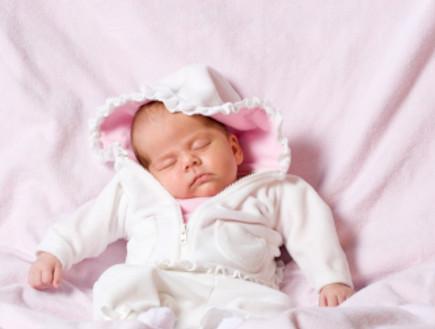 תינוק לובש ורוד (צילום: Cindy Singleton, Istock)