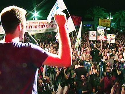 איציק שמולי מלהיב את ההמונים בהפגנה (צילום: חדשות 2)