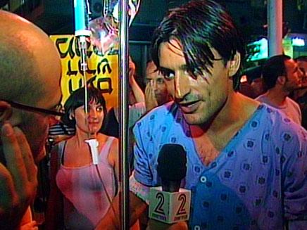 בחור שיצא מאשפוז כדי להשתתף בהפגנת המיליון (צילום: חדשות 2)