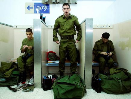 """לובשים מדים ביום הגיוס (צילום: דובר צה""""ל, אתר צה""""ל)"""