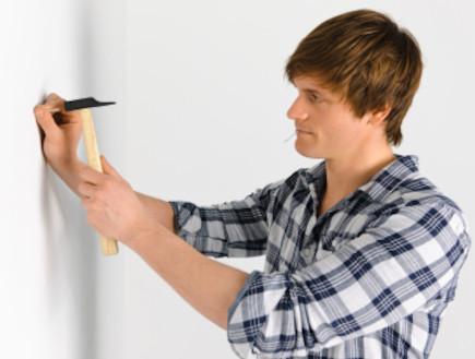 דופק מסמר על הקיר