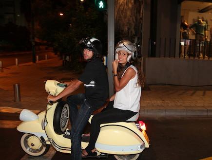 ג'קי מנחם והחברה ביחד על אופנוע (צילום: אלעד דיין)
